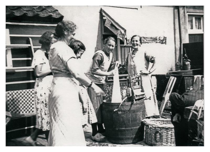 Handwas in de Schoolstraat (Cor van Duijn)